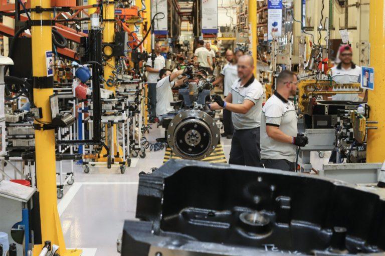 Economia - indústria e comércio - fábricas funcionários empregos empregados PIB crescimento econômico produção industrial (fábrica de tratores New Holland)