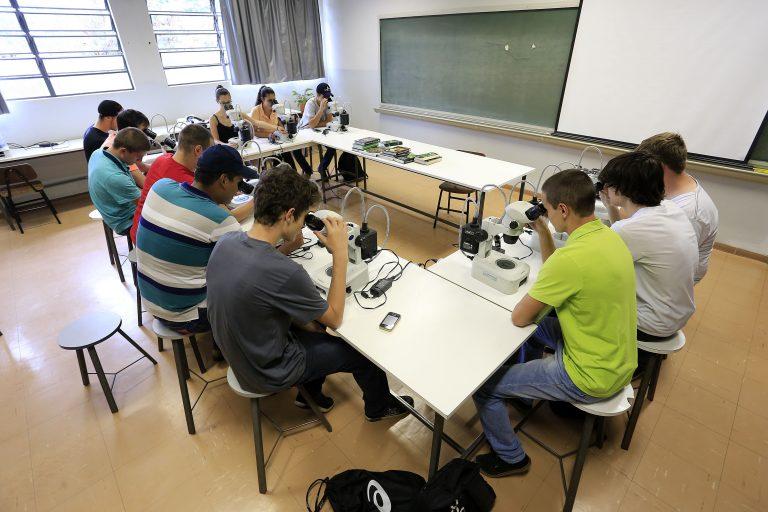 Educação - geral - universidades faculdades biológicas ciência pesquisa alunos universitários ensino superior microscópios microbiologia investimentos