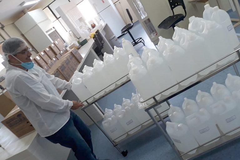 Saúde - doenças - coronavírus álcool gel 70% desinfecção prevenção pandemia higiene epidemia (UEL produz álcool gel para ajudar durante pandemia)