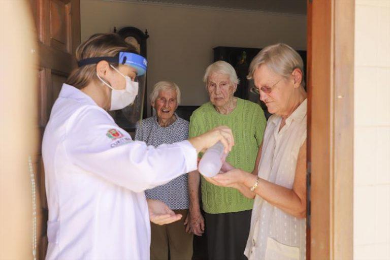 Saúde - doenças - coronavírus idosos grupos de risco pandemia epidemia prevenção álcool gel higiene higienização (equipes de saúde de Curitiba-PR visitam idosos)