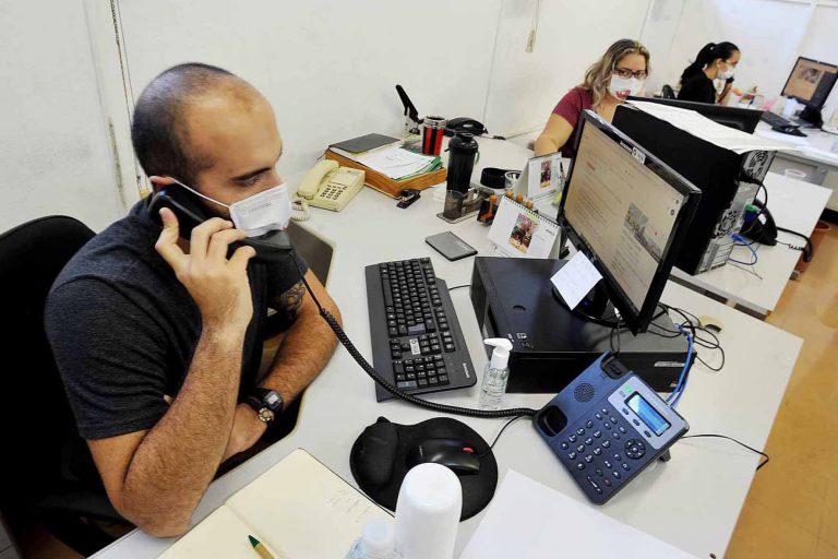Saúde - doenças - coronavírus Covid-19 pandemia epidemia prevenção contágio contaminação insumos funcionários trabalhador corporativo (uso de máscaras e álcool em gel no trabalho)