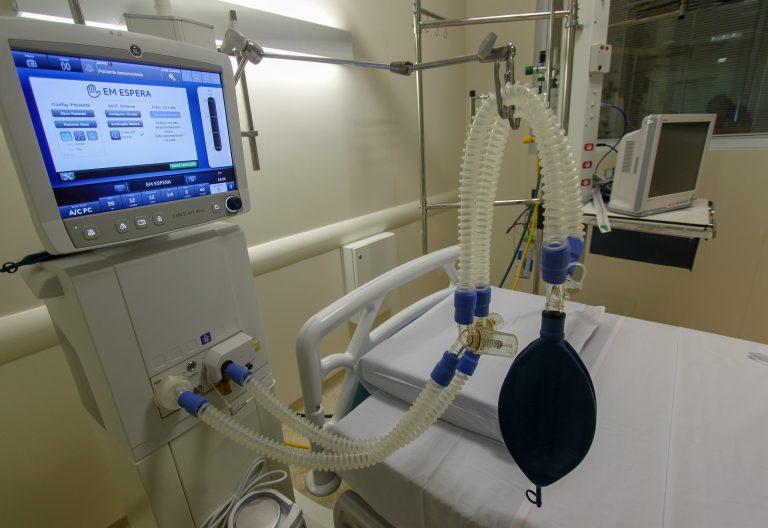 Saúde - doenças - coronavírus Covid-19 pandemia epidemia tratamento hospitais infraestrutura hospitalar ventiladores mecânicos (leito de UTI equipado com respirador no Hospital Regional do Litoral Norte, Caraguatatuba-SP)