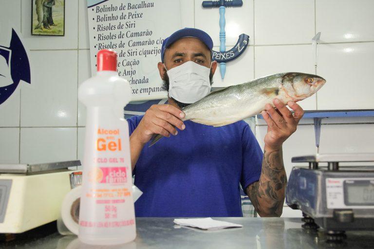 Saúde - doenças - coronavírus Covid-19 cuidados prevenção álcool em gel máscaras contaminação contágio peixaria feiras comércio alimentos