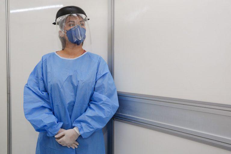Saúde - doenças - coronavírus Covid-19 pandemia médicos enfermeiros prevenção contágio contaminação máscaras capote luvas insumos EPI tratamento (profissional de saúde do Hospital Vila Nova, de Porto Alegre, usa equipamentos de proteção individual)