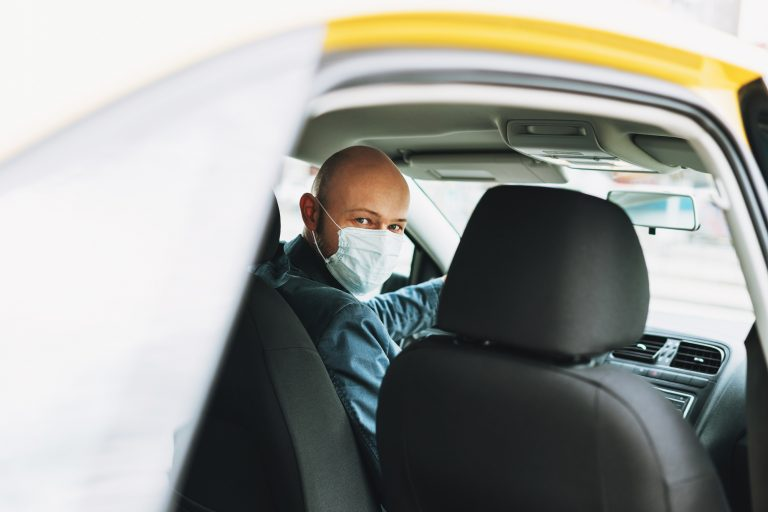 Saúde - doenças - coronavírus Covid-19 pandemia prevenção contaminação contágio transporte individual taxistas motoristas de aplicativo máscaras proteção