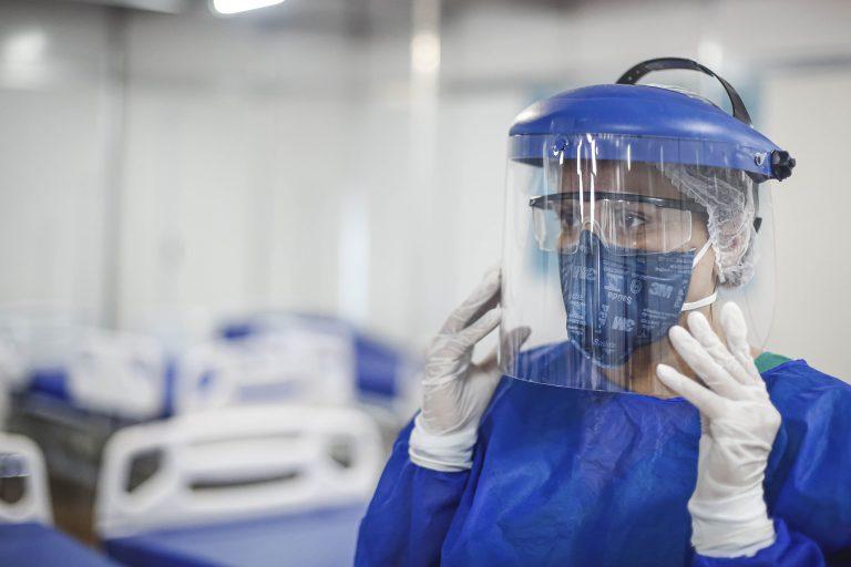 Saúde - doenças - coronavírus Covid-19 pandemia médicos enfermeiros enfermagem proteção prevenção contágio EPIs (equipamentos de proteção individual)