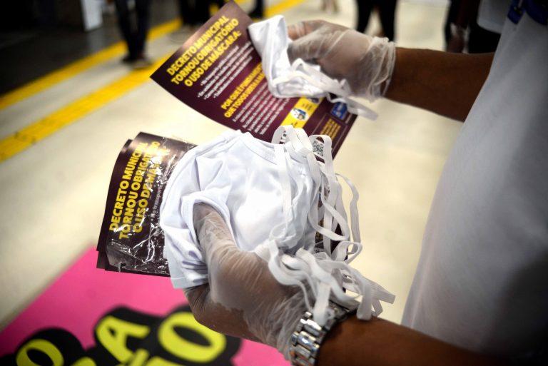 Saúde - doenças - coronavírus Covid-19 pandemia prevenção contágio epidemia (distribuição de máscaras em Salvador-BA)