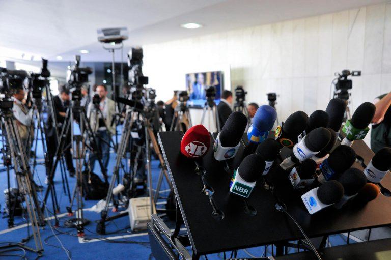 Comunicação - jornalismo - imprensa rádio TV televisão repórteres jornalistas entrevistas opinião pública
