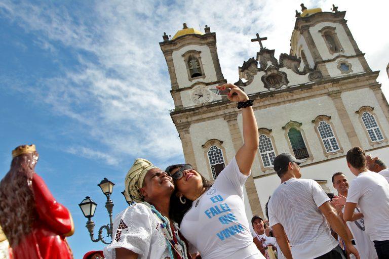 Turismo - Brasil - Bahia Igreja turistas baianas fotografia celulares selfies smartphones (Lavagem do Bonfim 2020, Salvador-BA)