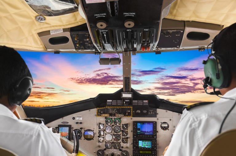 Transporte - aviação - pilotos aeronaves cabine avião aeronautas