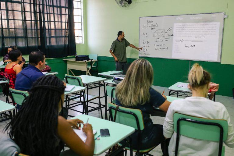 Educação - sala de aula - ensino médio alunos professores estudantes (aulas pré-Enem em Pelotas-RS)