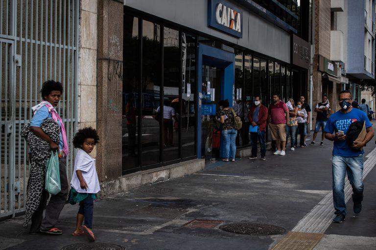 Saúde - doenças - coronavírus Covid-19 pandemia auxílio emergencial CEF Caixa Econômica Federal bancos economia desemprego crise recessão quarentena máscaras isolamento