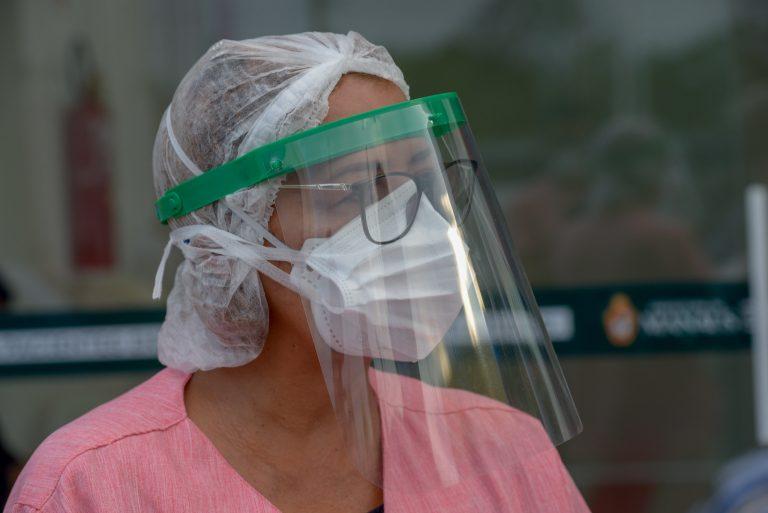 Saúde - doenças - coronavírus Covid-19 profissionais equipes médicos enfermeiros EPIs equipamentos de proteção individual prevenção contágio contaminação máscaras luvas capacetes