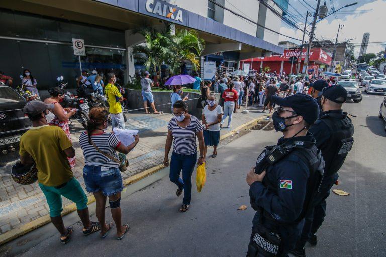 Economia - geral - coronavírus Covid-19 pandemia auxílio emergencial Caixa Econômica Federal aglomeração benefícios sociais contágio contaminação (filas em agência da CEF em Caruaru-PE)