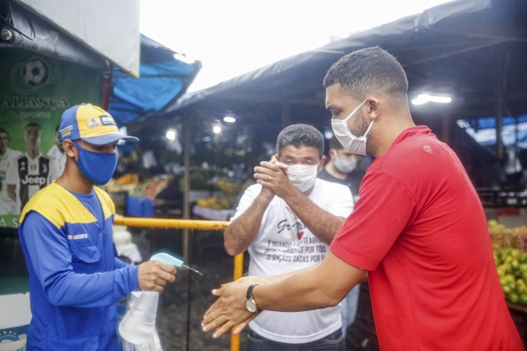 Saúde - doenças - coronavírus Covid-19 pandemia prevenção contágio contaminação máscaras álcool gel higienização higiene assepsia (feira livre em Recife-PE)