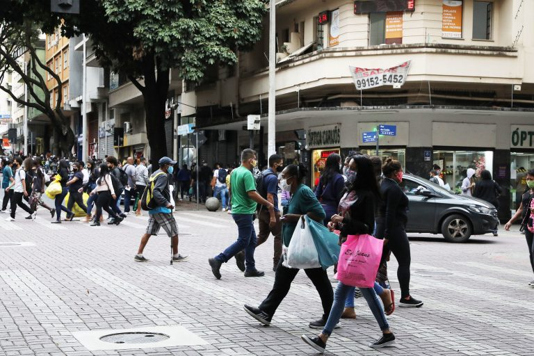Saúde - coronavírus - Covid-19 pandemia quarentena isolamento social reabertura comércio máscaras prevenção contágio contaminação (consumidores no centro de Belo Horizonte-MG)