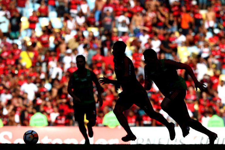 Esporte - futebol - jogadores atletas partidas campeonatos torcidas estádios