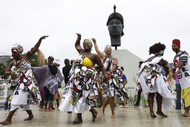 Direitos Humanos - negros - cultura negra dança afro estátua Zumbi dos Palmares (RJ)