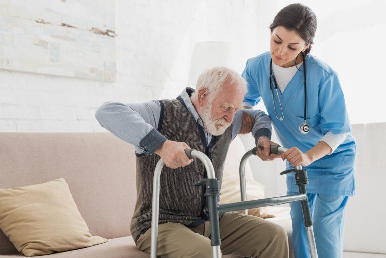 Saúde - geral - idosos reabilitação fisioterapia fisioterapeutas movimentos andador cuidadores terceira idade