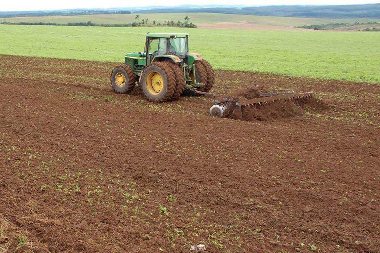 Agropecuária - plantações - vazio sanitário plantio produtores rurais safra trator