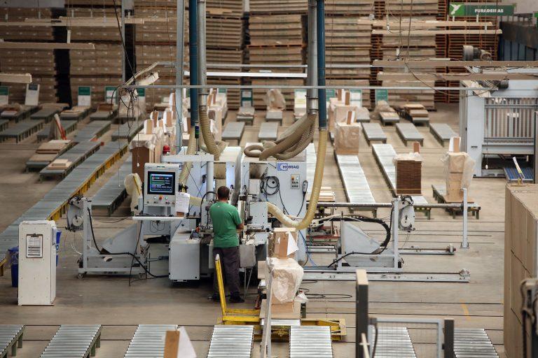 Economia - indústria e comércio - indústria moveleira móveis funcionários empregados empregos fábricas máquinas industriais bens de capital produção industrial