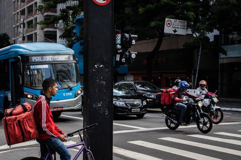 Saúde - doenças - coronavírus Covid-19 pandemia entregas quarentena isolamento social economia delivery comércio vendas motoboys iFood entregadores aplicativos