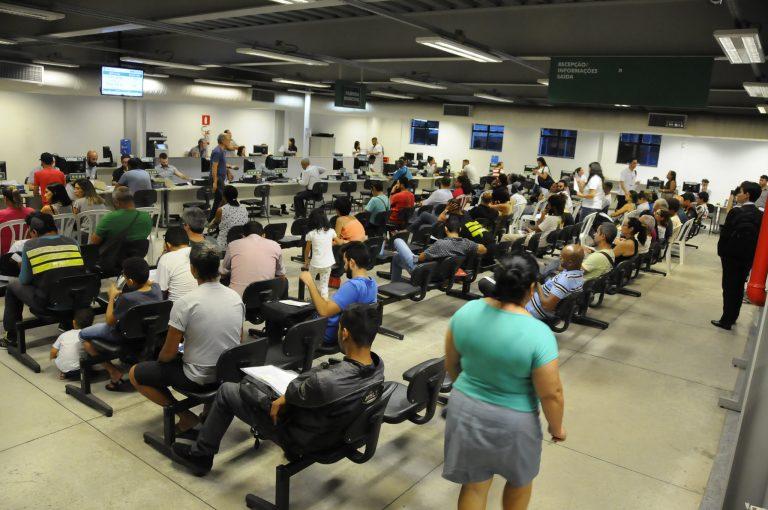 Cidades - serviços públicos - administração pública cidadão contribuinte burocracia guichês filas atendimento servidores públicos (BH Resolve, central de serviços ao cidadão de Belo Horizonte)