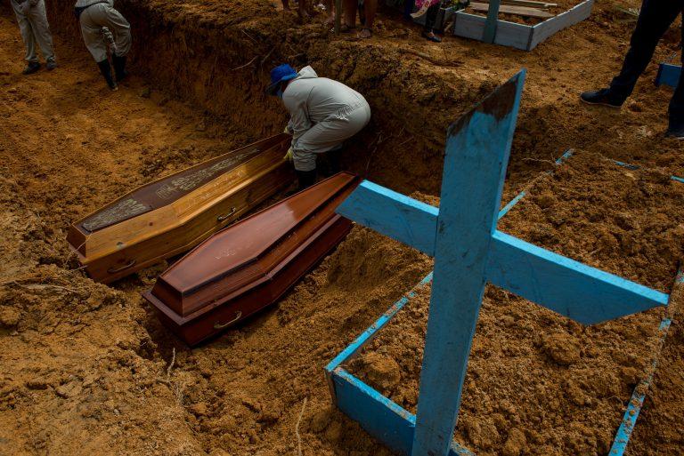Saúde - doenças - coronavírus Covid-19 pandemia vítimas mortes mortos enterros (cemitério Nossa Senhora Aparecida, em Manaus-AM)