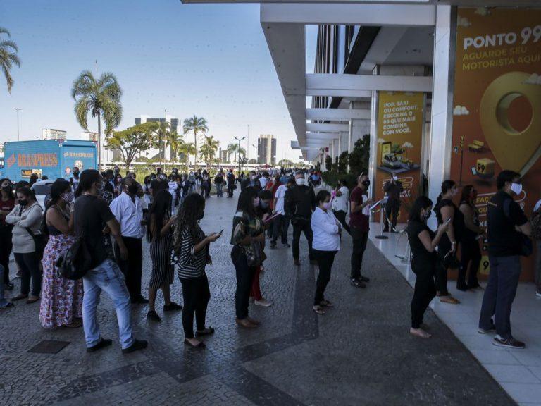 Saúde - coronavírus - Covid-19 pandemia economia reabertura dos shopping centers filas comércio relaxamento quarentena isolamento social consumidores clientes empregos atividade econômica vendas PIB compras controle distanciamento (reabertura do centro comercial Conjunto Nacional, em Brasília-DF)