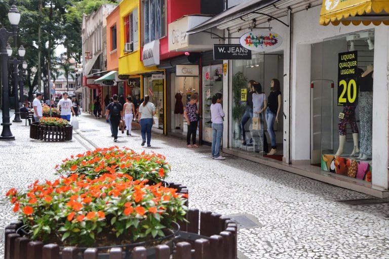 Economia - indústria e comércio - comércio de rua comerciantes lojas consumidores atividade econômica compras PIB produção