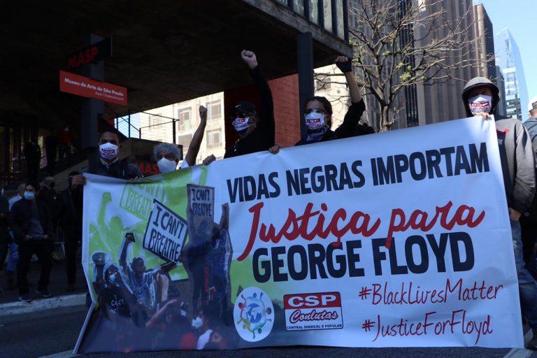 Manifestações - geral - protestos antifascismo direitos humanos negros violência policial racismo (torcidas organizadas em defesa da democracia na Avenida Paulista, São Paulo-SP, 31/5/20)