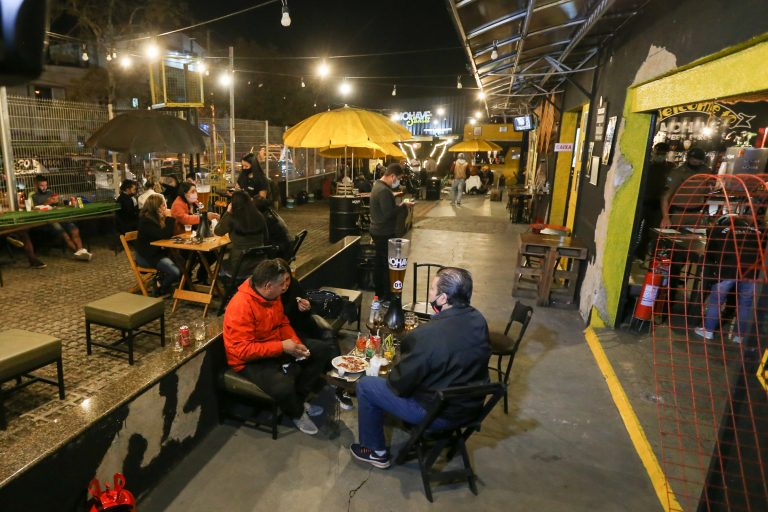 Economia - indústria e comércio - coronavírus bares vida noturna distanciamento social máscaras Covid-19 pandemia (bar em Curitiba-PR)