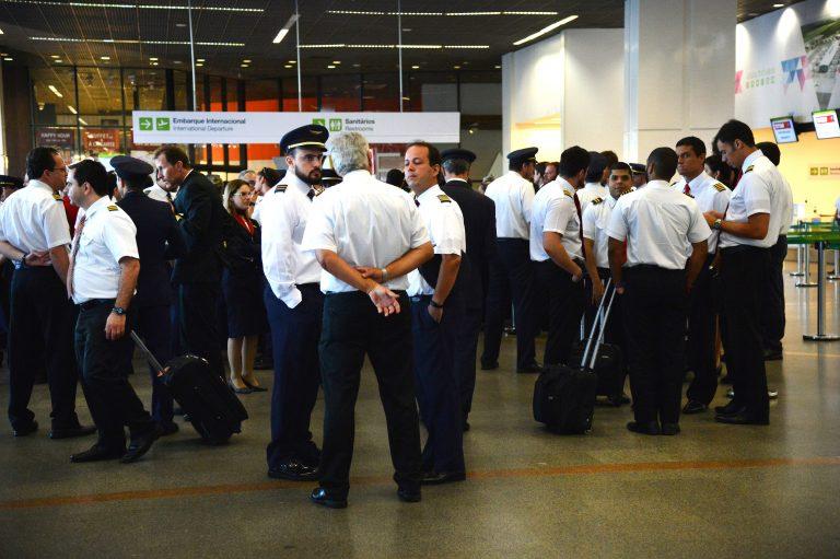 Transporte - aviação - aeronautas aeroviários comissários bordo pilotos avião voo