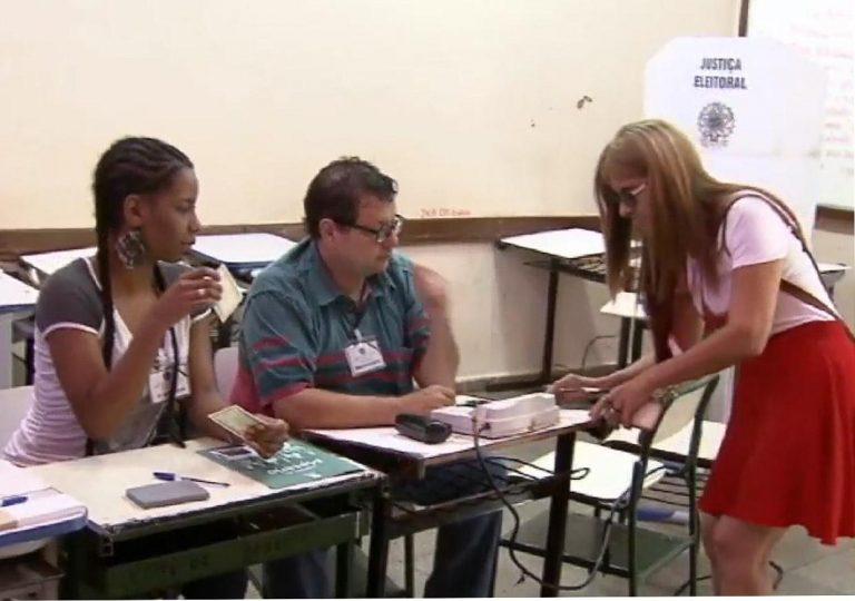 Política - eleições - eleitoras mesários urnas eletrônicas seção eleitoral votos