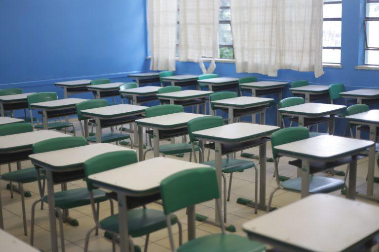 Educação - sala de aula - evasão escolar sala vazia estudantes alunos