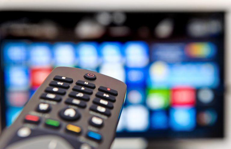 Comunicação - rádio e TV - televisão smartTV controle remoto programas programação