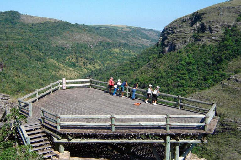 Turismo - Brasil - ecoturismo trilhas natureza parques nacionais flora fauna (Cânion do Guartelá, Paraná)