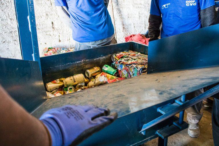 Meio Ambiente - lixo e reciclagem - latinhas alumínio (Cooperativa de Reciclagem da Vila Castilhos, Pelotas-RS)