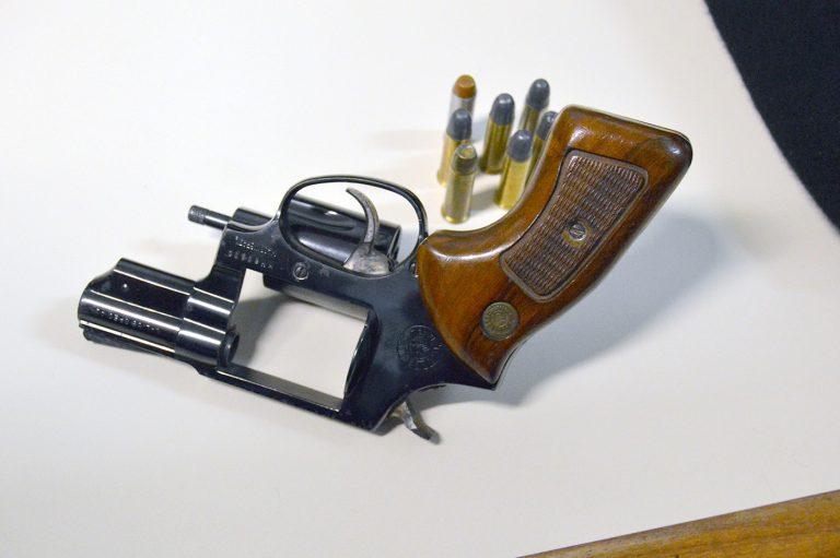 Segurança - armas - revólver munições munição tiros desarmamento