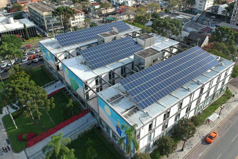Energia - renováveis - solar sustentabilidade painéis fotovoltaicos prédios públicos (painéis solares no prédio da Prefeitura de Curitiba)