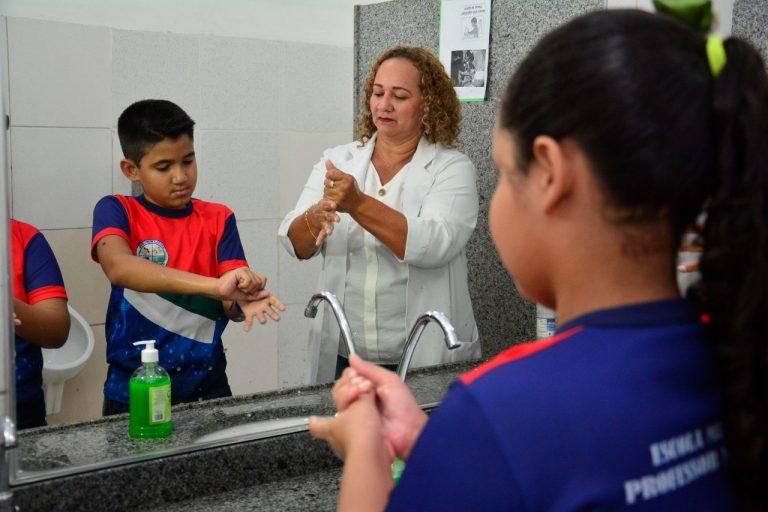 Crianças de escolas públicas de Manaus aprendem a lavar as mãos corretamente