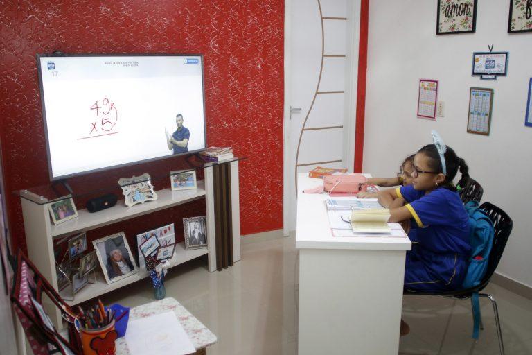 Saúde - doenças - coronavírus Covid-19 pandemia isolamento quarentena educação ensino a distância estudantes alunos em casa domicílio teleaulas telecurso homeschooling (programa Aula em Casa, da prefeitura de Manaus-AM)