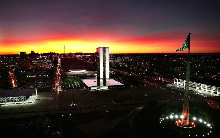 Brasília - monumentos e prédios públicos - Congresso Palácio do Planalto Praça dos Três Poderes Esplanada dos Ministérios mastro Bandeira noturna