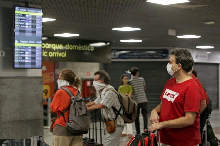 Relações Exteriores - geral - turistas aeroportos viagens aéreas passageiros máscaras coronavírus Covid-19 pandemia prevenção contágio contaminação (repatriação de argentinos no aeroporto de Salvador)