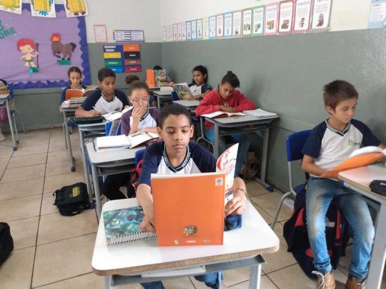 Educação - sala de aula - livros didáticos materiais escolares escolas alunos ensino aprendizagem (Escola Municipal Sebastião Antônio Leal, Uberaba-MG)