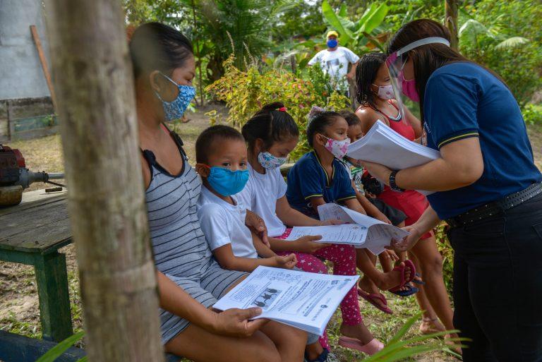 Educação - geral - ensino a distância coronavírus pandemia Covid-19 estudantes crianças estudos (distribuição de material didático a alunos ribeirinhos, Manaus-AM)