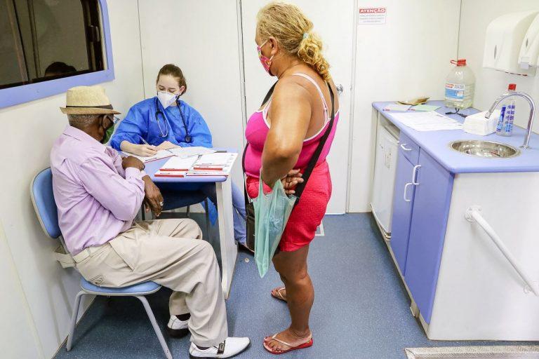Saúde - coronavírus - médicos atendimento hospitais consultórios máscaras pacientes grupo de risco idosos prevenção contágio contaminação tratamentos Covid-19 pandemia