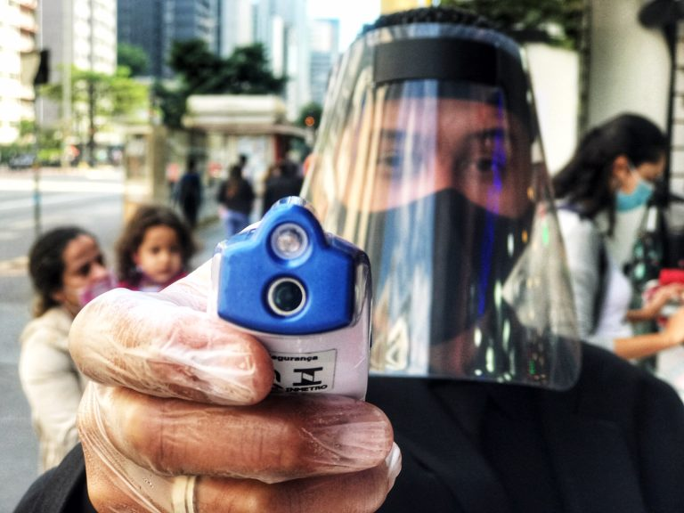 Saúde - coronavírus - protetor facial aferição medição temperaturas sintomas prevenção contágio contaminação isolamento social ruas cotidiano Covid-19 pandemia