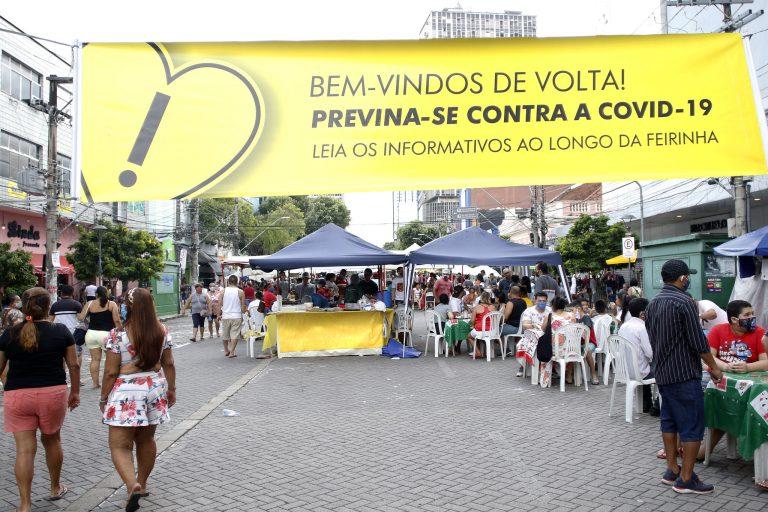 Saúde - coronavírus - feiras cuidados prevenção feirantes comércio distanciamento economia clientes consumidores Covid-19 pandemia (reabertura da feira da avenida Eduardo Ribeiro, Manaus-AM)