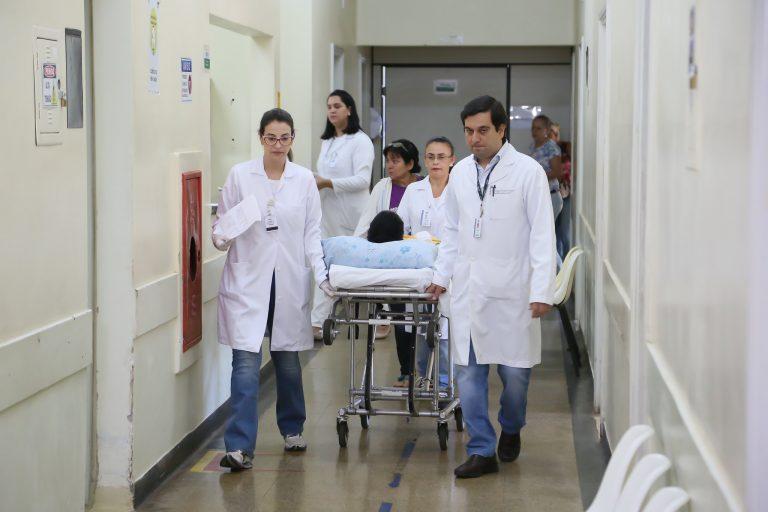 Saúde - hospitais - médicos enfermeiros profissionais internação macas pacientes tratamentos